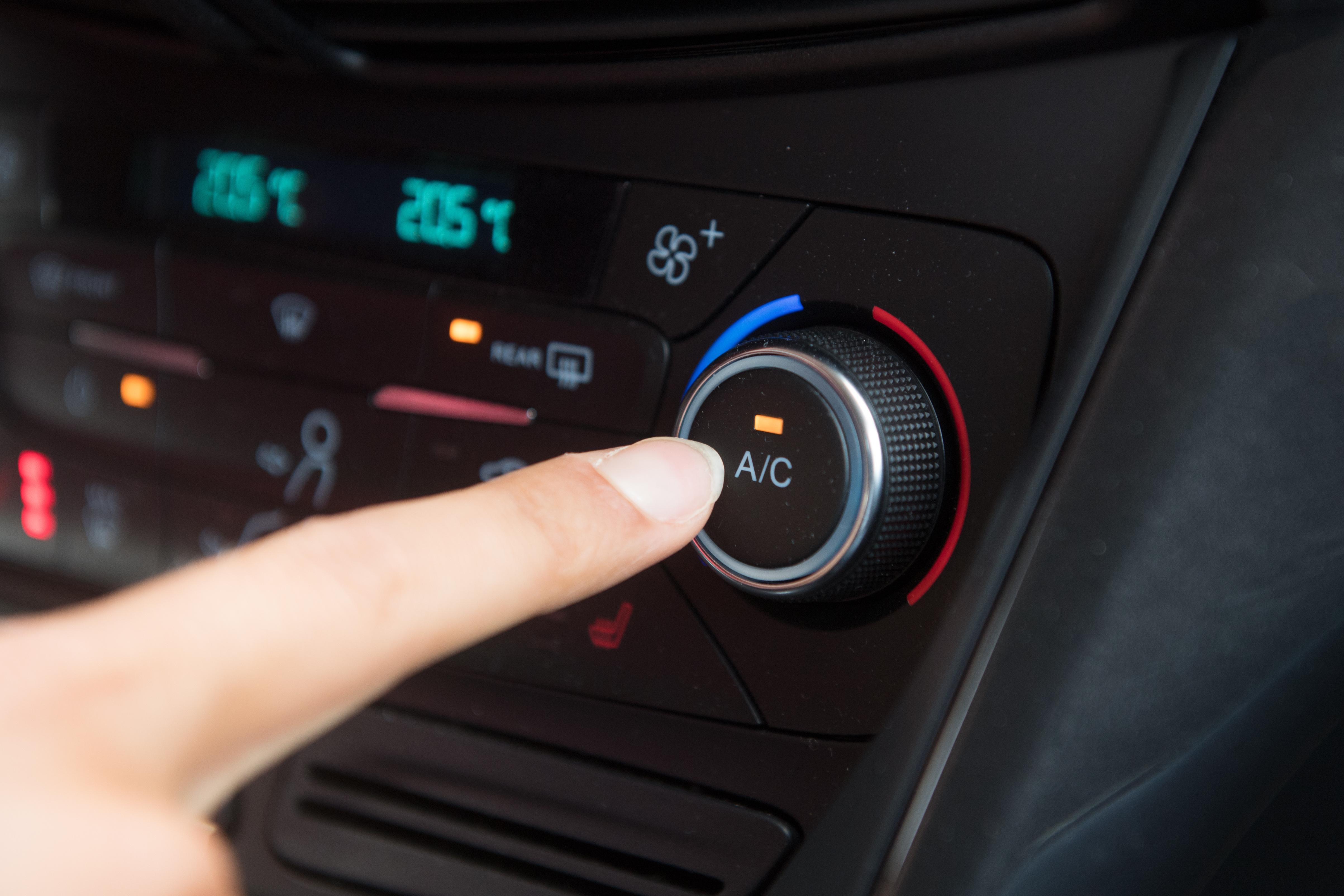 ¿Cada cuánto hay que recargar el aire acondicionado del coche?