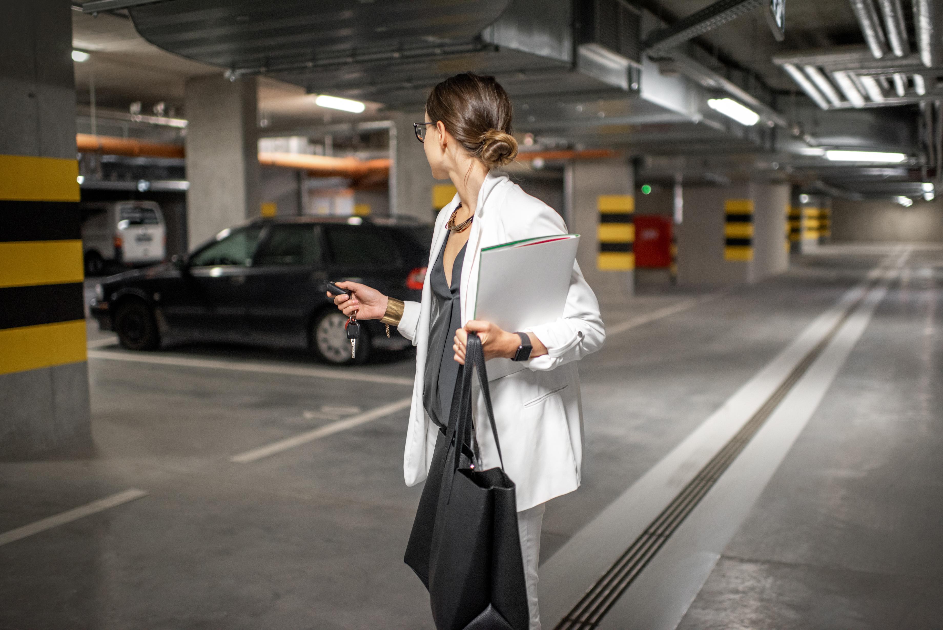¿Cómo debes colocar tu vehículo al parar o estacionar?