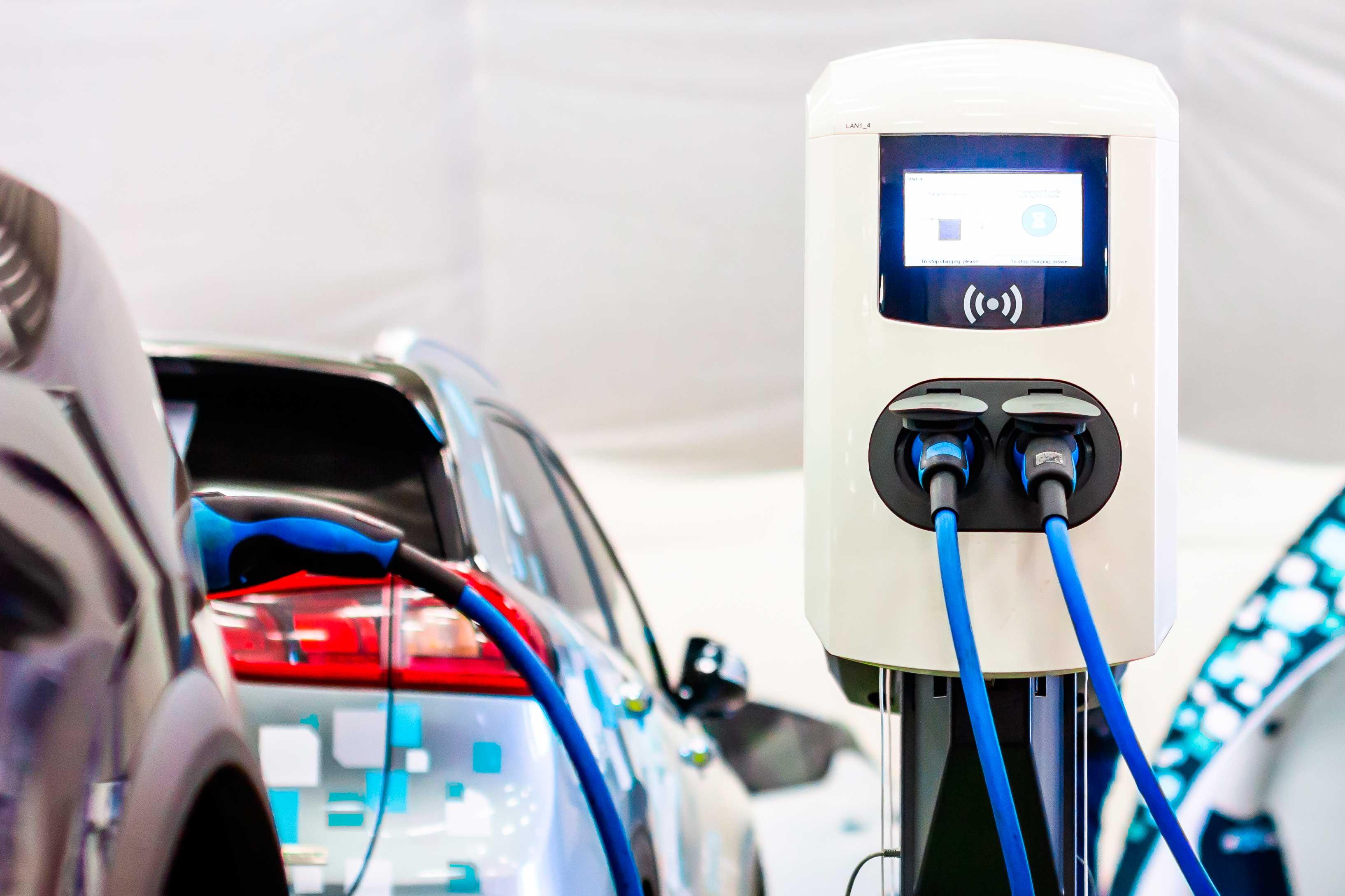 ¿Qué es mejor? ¿Un coche eléctrico o un coche híbrido?